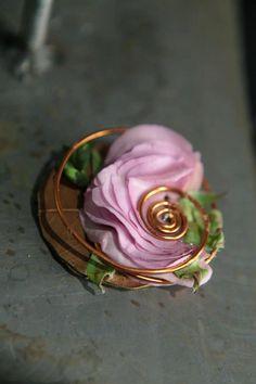 Love the detail in this boutonniere. Unique Flower Arrangements, Unique Flowers, Floral Centerpieces, Prom Flowers, Bridal Flowers, Corsage Wedding, Wedding Bouquets, Art Floral, Floral Design