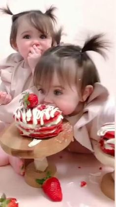 Cute Funny Baby Videos, Cute Funny Babies, Funny Videos, Party Gadgets, Cute Baby Girl Pictures, Dancing Baby, Cute Love Gif, Cute Little Baby, Beautiful Children