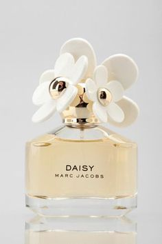 Marc Jacobs Daisy Eau de Toilette - Looks - Perfume Perfume 212 Vip, Best Perfume, Perfume Oils, Perfume Bottles, Good Perfumes, Lovely Perfume, Perfume And Cologne, Marc Jacobs Parfüm, Parfum Marc Jacobs