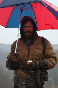 VIGGO, tomando mate y con el paraguas de San Lorenzo..