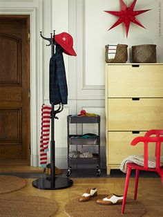 Hall | IKEA Livet Hemma – inspirerande inredning för hemmet Ikea Hall, Raskog Ikea, Ikea Ps 2012, Ikea Christmas, Ikea Closet, Hemnes, Red Interiors, Home And Living, Living Room