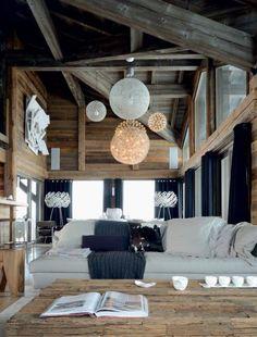 Sur cette structure en bois imposante, les luminaires suspendus apportent de la légèreté à l'espace.