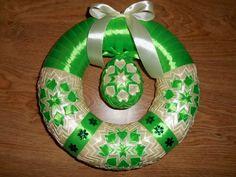 venček Tree Skirts, Christmas Bulbs, Easter, Holiday Decor, Crafts, Xmas, Scrappy Quilts, Ribbon Flower Tutorial, Turbans