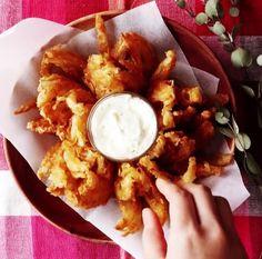 Διαβάστε περισσότερα…Τι γίνεται σε αυτό το tip: Κρεμμύδι, από τα φαγητά που έχει συνδυαστεί με τις περισσότερες γεύσεις! Ας δούμε μια συνταγή που θα ήταν ιδανική για πιάτο στην μέση στην παρέα μας!Τι υλικά χρειαζόμαστε : κρεμμύδι, αλεύρι, πάπρικα, πιπέρι καγιέν, αλάτι, αυγό και 2 μπολ, λάδι, τηγάνιΧρόνος : 15 '- 20'Πώς γίνεται: Καθαρίζουμε το κρεμμύδι από το εξωτερικό του και το κόβουμε κάθετα ανά 1 -1 μίση εκατοστό. Το ανοίγουμε προσεχτικά όπως θα δούμε και στο βίντεο. Ρίχνουμε το αυγό…