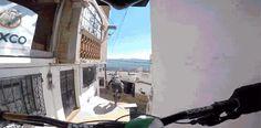 (Video) Brutal descenso en bicicleta en medio de una ciudad