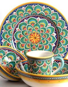 Set da tavola nel decoro Penna di pavone verde interamente dipinto a mano, è realizzato dalle nostre pittrici con abilità e precisione