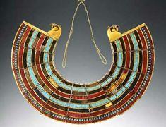Collar usej: Utilizado por la nobleza como un talismán relacionado con la diosa Hathor. Colocado en momias se buscaba la protección del difu...