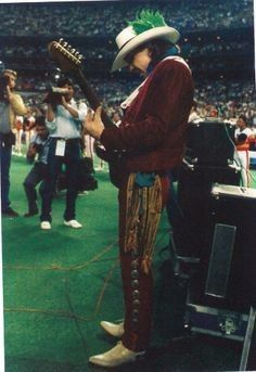 Stevie Ray Vaughan plays the slide guitar version of the 'Star Spangled Banner' at the year celebration opening at the Houston Astrodome - April Stevie Ray Vaughan, Eric Clapton, Jimmie Vaughan, Swing, Music Genius, Texas Music, Slide Guitar, Best Song Ever, Extraordinary People