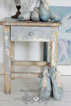 ❤¯`★´¯)Shabby Chic(¯`★´¯)°❤ …Pretty French blue home decor. Those blue ballet shoes are darling. Shabby Chic Mode, Shabby Chic Stil, Shabby Chic Bedrooms, Shabby Chic Cottage, Shabby Chic Furniture, Shabby Chic Decor, Painted Furniture, Bedroom Furniture, Shabby Chic Side Table