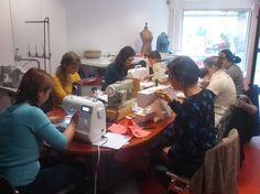 stage de couture débutant les participantes apprennent à coudre