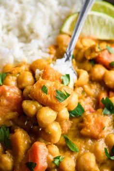 Pikantne curry z dynią i ciecierzycą składników) - Wilkuchnia Tasty Dishes, Chana Masala, Tofu, Curry, Lunch Box, Food And Drink, Healthy Eating, Cooking, Ethnic Recipes