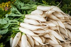 """Daikon, to lose weight """"at the root"""" - LifeGate Fat Burning Foods, Korean Food, Agriculture, Farmer, Green Beans, Broccoli, Roots, Stuffed Mushrooms, Lose Weight"""