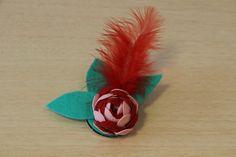 BROCHE ROSITA -   Ondulina rosa y roja, hojitas de fieltro azul y pluma roja. Precio: € 8