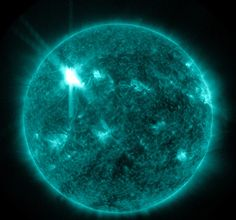 This extreme ultraviolet wavelength image provided by NASA shows a solar flare. An impressive solar flare is heading toward Earth and could disrupt the power grids, GPS and airplane flights. Bh Cosmetics, Save Mother Earth, Mother Nature, Earth Powers, Weather Predictions, Advantages Of Solar Energy, Space Telescope, Nasa Space, Fractals