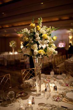 Para una boda elegante y a la vez moderna esta yarda es el centro de mesa ideal