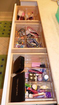Kinderbad Schubladenorganisation von Domestic Concierge www. Bathroom Drawer Organization, Bathroom Drawers, Bathroom Closet, Cute Bathroom Ideas, Bathroom Colors, Bathroom Inspiration, Teen Bathrooms, Upstairs Bathrooms, My New Room