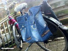 Te KLEINE spijkerbroek dochter wordt fietstas voor GROOTS winkelplezier!