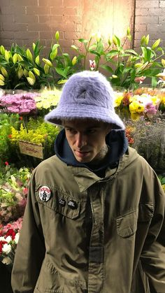 Jesse Rutherford e as Frô de fundo e o chapeuzin de pelinho lilás