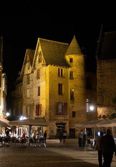 Sarlat-la-Canéda bei Nacht   Reiseroute Périgord   Reisenavi France City, Bordeaux, Cities, Cabin, Dreams, House Styles, Travel, Walking Paths, Ruins