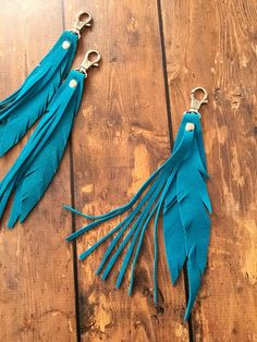 Leather Feather Keychain / Leather Key Chain by RusticMoonLeather Diy Leather Earrings, Leather Keychain, Leather Jewelry, Leather Art, Leather Tassel, Fabric Birds, Bijoux Diy, Leather Projects, Small Leather Goods