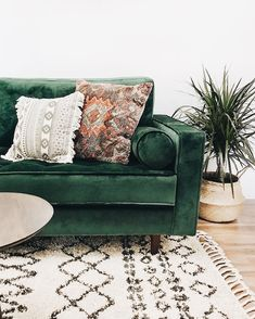 9 Inspiring Cozy Apartment Decor on Budget 2019 This natural tones and materials just so beautiful ! My apartment goals! The post 9 Inspiring Cozy Apartment Decor on Budget 2019 appeared first on Sofa ideas. Decor, Green Sofa, Interior, Living Room Decor, Boho Living Room, Room Inspiration, House Interior, Apartment Decor, Living Decor