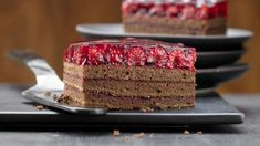 So delicious, fruity and chocolaty. Chocolate raspberry slices – with raspberries – smarter – calories: 335 Kcal – time: 30 min. Chocolate Slice, Chocolate Fondant, Food Cakes, Cupcake Cakes, Cupcakes, Sweet Recipes, Cake Recipes, German Baking, Raspberry Cake