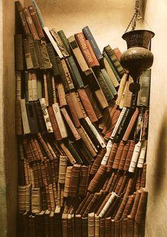 Bohemian book shelf Beautiful bohemian book shelf Bookshelf wallpaper The ultimate library Book Shelf stairs Books by colou. Stack Of Books, I Love Books, Books To Read, Old Books, Vintage Books, Bohemian House, Boho, Hippie House, Bohemian Decor