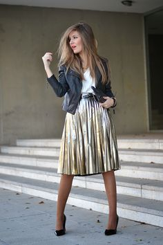 The leather jacket paired with the metallic skirt equals PERFECTION! --- Gold Metallic Accordion Pleat Knee-length Skirt by Mi Aventura Con La Moda Gold Skirt Outfit, Pleated Skirt Outfit, Skirt Outfits, Pleated Skirts, Estilo Fashion, Look Fashion, Autumn Fashion, Modest Fashion, Fashion Outfits