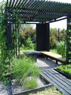 Zwart geschilderd hout in de tuin