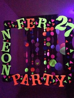 I like the hangy things Glow Party, Glow In Dark Party, Party Kulissen, Retro Party, Fiesta Party, Party Time, Neon Birthday, 13th Birthday Parties, 10th Birthday