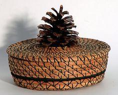 Weaving Art, Weaving Patterns, Pine Needle Crafts, Pine Cone Art, Making Baskets, Good Luck Symbols, Pine Needle Baskets, Fabric Boxes, Pine Needles