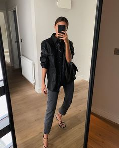 One jacket three ways. Capsule Wardrobe Women, Look Fashion, Fashion Outfits, Emo Outfits, Fashion Boots, Spring Summer Fashion, Autumn Fashion, Edgy Chic, Business Outfit