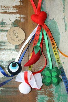 Para atrair sorte, amor e afastar o mau olhado!  Penduricalho com coração, olho grego, pimenta e trevo de quatro folha em feltro feitos a mão, saquinho em tecido com sal grosso, fitas de cetim e do senhor do bonfim    *Produto artesanal, pode haver pequenas variações de cores ou tamanho. Todos os...