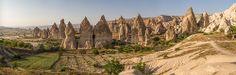 Cappadoce Fairy Chimneys - Formação rochosa chaminés feericamente, perto de Goreme, na Capadócia, Turquia central.