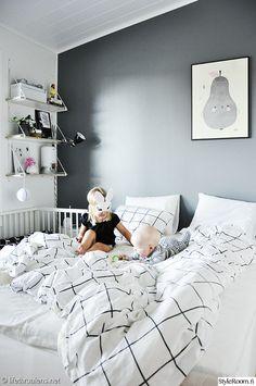 harmaa,harmaa seinä,seinähylly,pinnasänky,makuuhuone