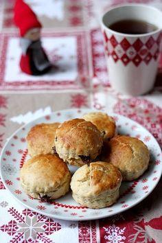 Scones de Noël - Pour une 12 aines de scones : - 250 g de farine – 1/2 sachet de levure – 1 cuillère à soupe de sucre – 1 cs de 4 épices – 50 g de beurre demi-sel froid – 150 ml de lait – 1 sachet de thé de Noël  – 1 jaune d'œuf – 50g de mélange de raisins secs Sweet Recipes, Cake Recipes, French Recipes, Sweet Cooking, Good Food, Yummy Food, Xmas Food, Pie Dessert, Tea Cakes