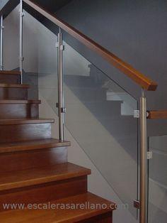 Barandilla de madera, acero inoxidable y cristal Steel Stair Railing, Modern Stair Railing, Balcony Railing Design, Steel Stairs, Stair Handrail, Staircase Railings, Modern Stairs, Staircase Design, Interior Stairs