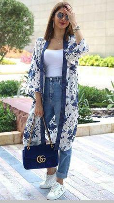 Spring kimono street style fashion - effortless and chic style to try long kimono outfit, Look Kimono, Kimono Outfit, Kimono Fashion, Hijab Fashion, Fashion Dresses, Fashion Fashion, Jeans Fashion, Kimono Cardigan, Kimono Style