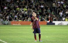 El delantero argentino del Barcelona Leo Messi, tras lesionarse en su partido de Liga en Primera División ante el Real Betis disputado en el...
