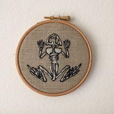 Frog skeleton embroidery hoop door Oeroeboeroe op Etsy https://www.etsy.com/nl/listing/238669234/frog-skeleton-embroidery-hoop