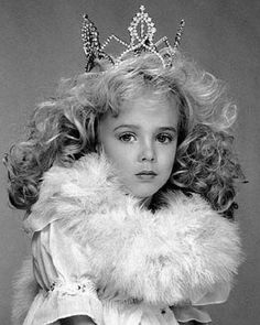 JonBenét Ramsey was murdered on Christmas/Boxing Day Her murder remains unsolved and is one of the the most famous cold cases in the US. Jon Bonet Ramsey, Jonbenet Ramsey Death, American Children, Girl Body, Gal Gadot, Holiday Festival, True Crime, Child Models