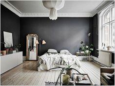 Une peinture sombre et un parquet clair dans la chambre