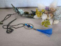 Collier long bronze, pompon crin de cheval bleu via Un P'tit Crin de Folie. Click on the image to see more!