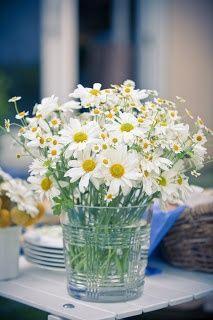 Vaso con margaritas. Centros de mesa con flores para tus mesas al aire libre #centrodemesa #decoración #flores