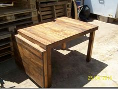 Mesa con un ala abatible confeccionada con maderas recicladas