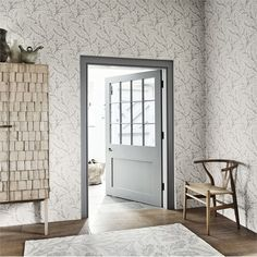PURE WILLOW BOUGH This simple Morris & Co. wallpaper design looks really effective against the grey woodwork and wooden floorboards. Print Wallpaper, Fabric Wallpaper, Wallpaper Roll, Wallpaper Designs, William Morris, Morris Tapet, Grey Woodwork, Morris Wallpapers, Painted Rug