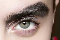Brilhe muito: dicas para usar glitter no make sem ficar com cara de Carnaval - Vogue | Maquiagem