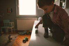 So lernt Ihr Kind, allein zu spielen | Die Kunst, allein zu spielen, beherrschen schon Babys. Sie können diese Fähigkeit aber wieder verlieren, wenn ihre Eltern es zu gut mit ihnen meinen. Und glauben, sie müssten sich mit ihrem Nachwuchs beschäftigen, sobald er die Augen aufschlägt. Lesen Sie unsere sechs Regeln.