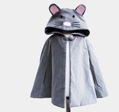 De kleding van de Kaap van de muis omhoog jas door wildthingsdresses