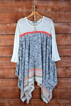 Absolutely love the long tails of the shirt on the sides. This color pattern is adorable!